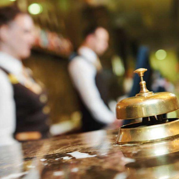 Servicepersonal am Empfang in Hotel/Gastronomie als Referenz für unTill®